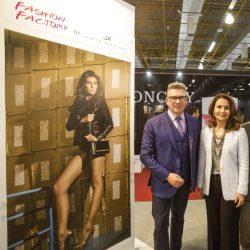 Waleska Santos, liderança da Couromoda 2017, e Jorge Bischoff, renomado estilista que participa de mais uma edição da feira. ( Foto: Fábio Mendes/divulgação)
