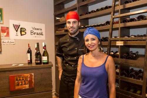 Carla Azevedo e o chef Jacopo Carandini preparam jantar elogiado na abertura da temporada da Vineria Brasil. (Foto: Pedro Antonio Heinrich/especial)