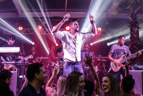 A festa com a participação do Grupo Eva, de Felipe Pezzoni, foi uma das atrações mais disputadas do verão passado em Jurerê Internacional. (Foto: Larissa Trentini/divulgação)