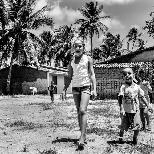 Pureza: a criançada de riso solto e inocente, retratada pelas lentes de Beto Rodrigues na comunidade de São Miguel dos Milagres, em Alagoas. (Foto: Beto Rodrigues/divulgação)