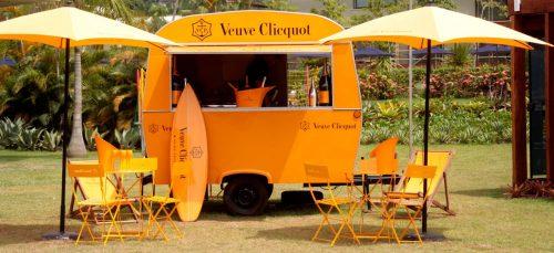 Estiloso: o Clicquot Yellow Trailer leva um dos mais categorizados champagnes para mais perto dos banhistas em Angra dos Reis. (Foto: Divulgação)