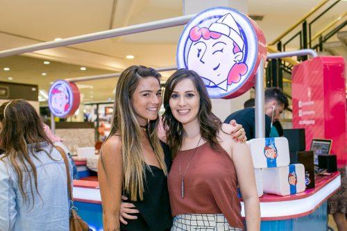 Laura Bier Moreira foi uma das primeiras blogueuses a cumprimentar Rhaíssa Mattiello pela nova empreitada de sua PopStop Picolés Especiais, no Shopping Iguatemi. (Foto: Evelise Morais/divulgação)