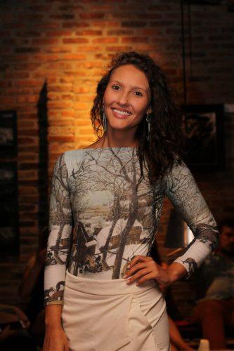 Aline Silveira: presença marcante no Pallet Bar neste verão. (Foto: Beta Iribarrem/divulgação)
