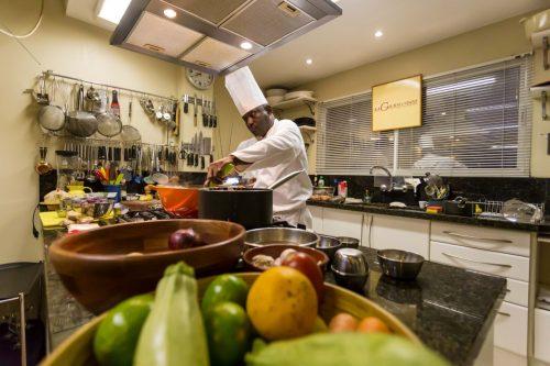 O chef Mamadou Sène teve uma bem sucedida aula de culinária na última semana na La Gourmandise. Nesta terça, volta ao espaço para novo encontro na Escola do Sabor. (Foto: Pedro Antonio Heinrich/especial)