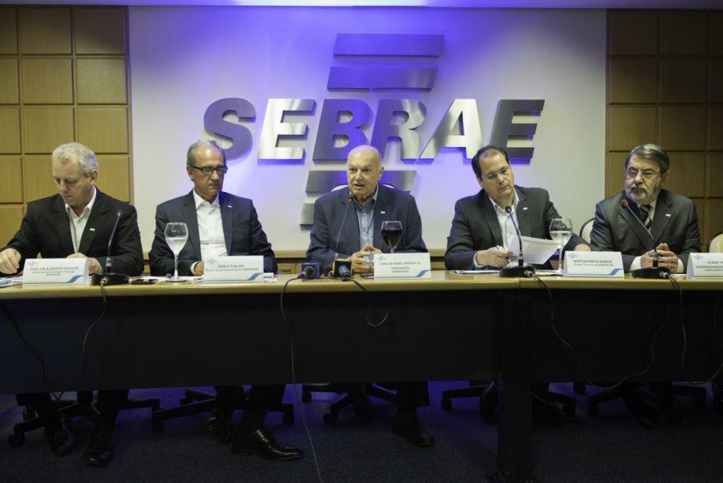 (E) Carlos Schütz, diretor de Administração e Finanças do Sebrae-RS;  Derly Fialho, Diretor-superintendente do Sebrae-RS; Carlos Sperotto, Presidente do Conselho do Sabrae RS; Ayrton Ramos, Diretor Técnico do Sebrae-RS; Gilmar Tietböhl, conselheiro do Sebrae-RS. . Crédito: Tiago Francisco/Divulgação Sebrae-RS