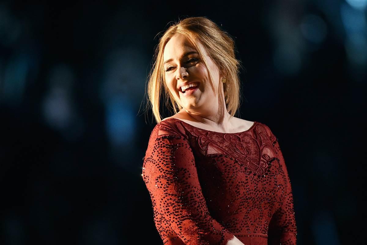 Adele não se saiu muito bem em sua apresentação no ano passado. (Foto: Reprodução)