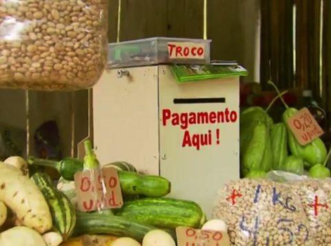Barraca tem até uma caixinha para a pessoa pegar o troco (Foto: Reprodução)