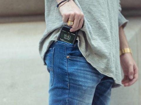 Jovens herdeiros de uma confecção especializada em jeans desenvolvem um bolso específico para celular, aliando funcionalidade e design, e aumentam as vendas em 30%.