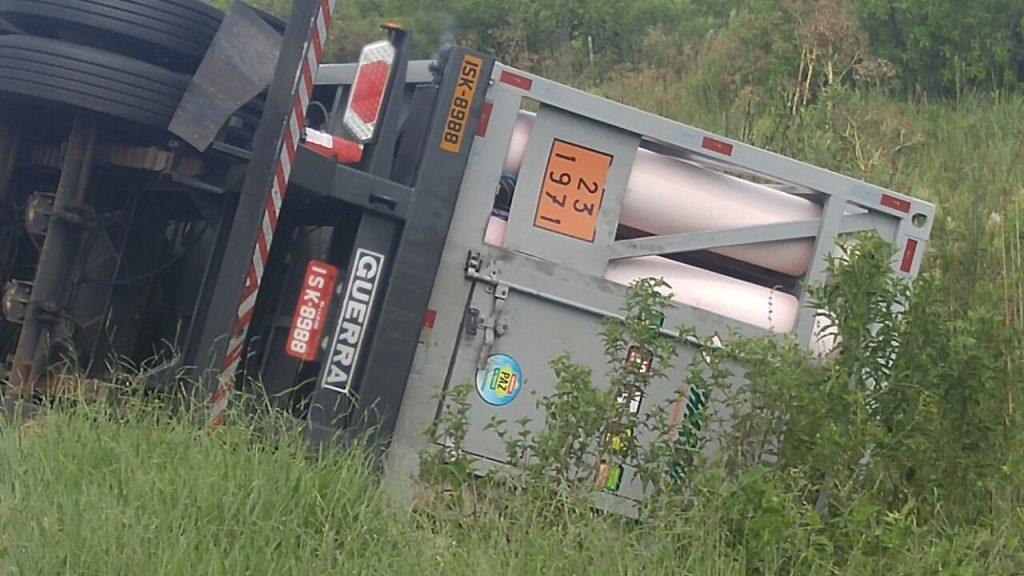 Veículo tombou no quilômetro 115, da BR-290, em em Eldorado do Sul. (Foto: PRF/Divulgação)