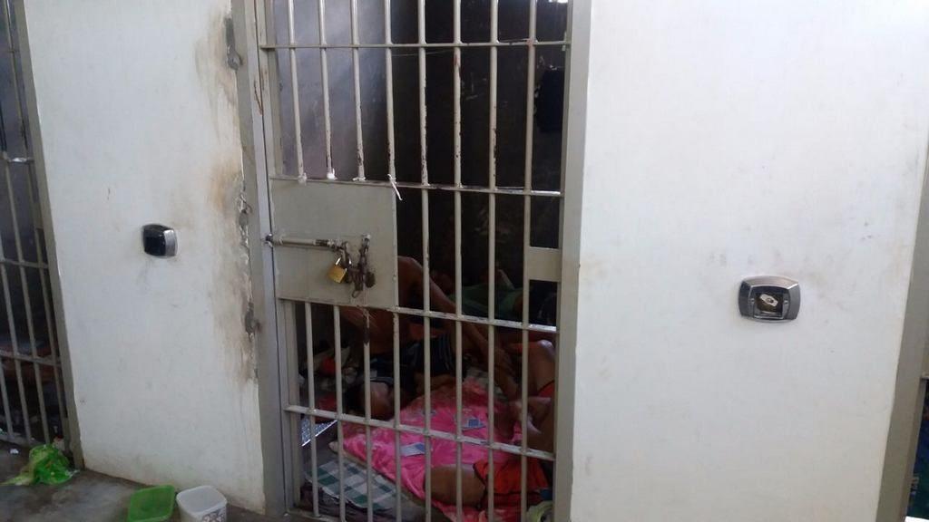 Durante a inspeção, foram constatados o total de 21 presos, sendo 17 na carceragem. (Crédito: Reprodução)