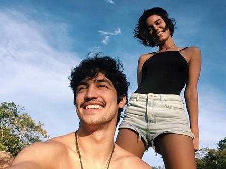 O casal Carla Salle e Gabriel Leone viajam com o grupo. (Foto: Reprodução/Instagram)