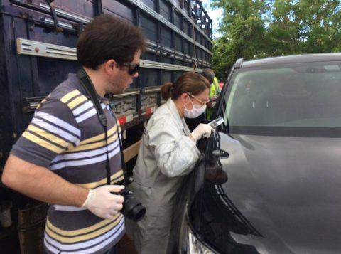 Peritos de Livramento e Rivera realizam perícia no automóvel abandonado pelos criminosos no lado brasileiro. (Foto: Ralph Quevedo/Sentinela 24h)