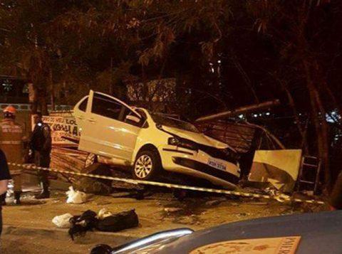 Carro invadiu calçada e destruiu ponto de ônibus. Seis pessoas foram atropeladas e uma delas morreu (foto: Reprodução)
