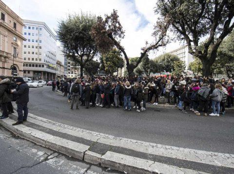 Estudantes e professores aguardam em frente a escola após tremor que atingiu Roma e a região central da Itália. (Foto: Reprodução)