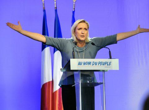 Marine Le Pen procura maior apoio de um eleitorado dividido no país. (Crédito: Reprodução)
