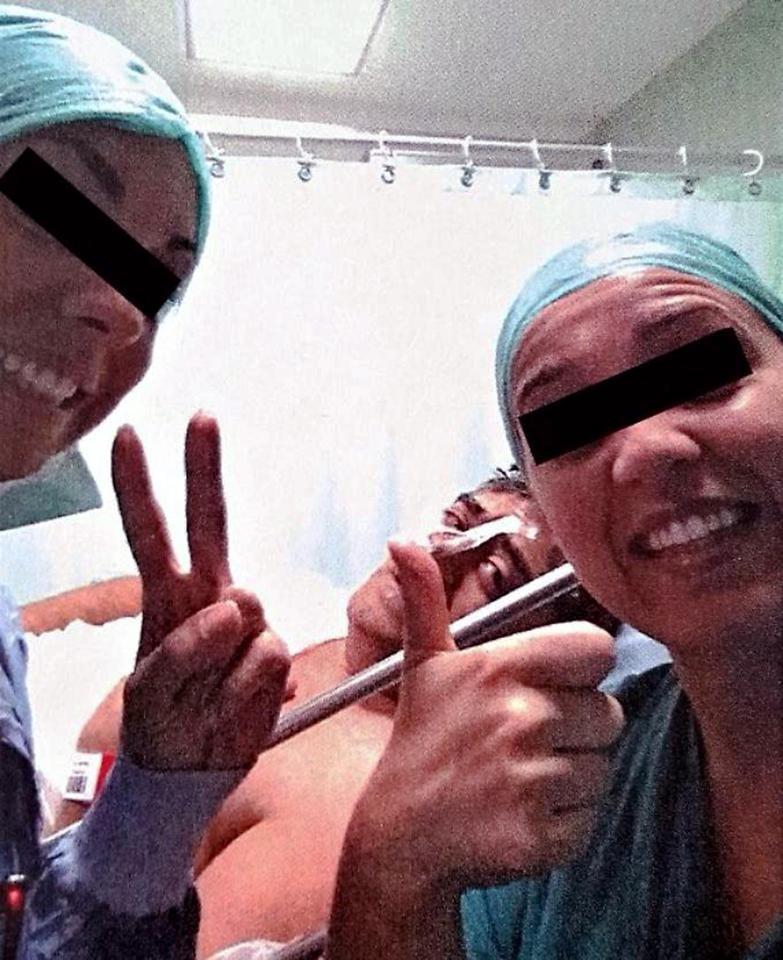 A polêmica selfie em centro cirúrgico de hospital italiano (Foto: Reprodução)