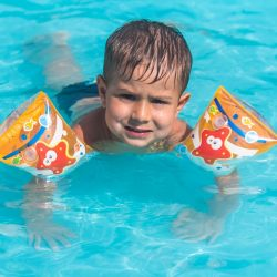 Arthur Henrique Uriebrath , 2, 8 anos , pais - Tiago Liprei e Carla Uriebrath,  de Farroupilha , no Ácqualokos .