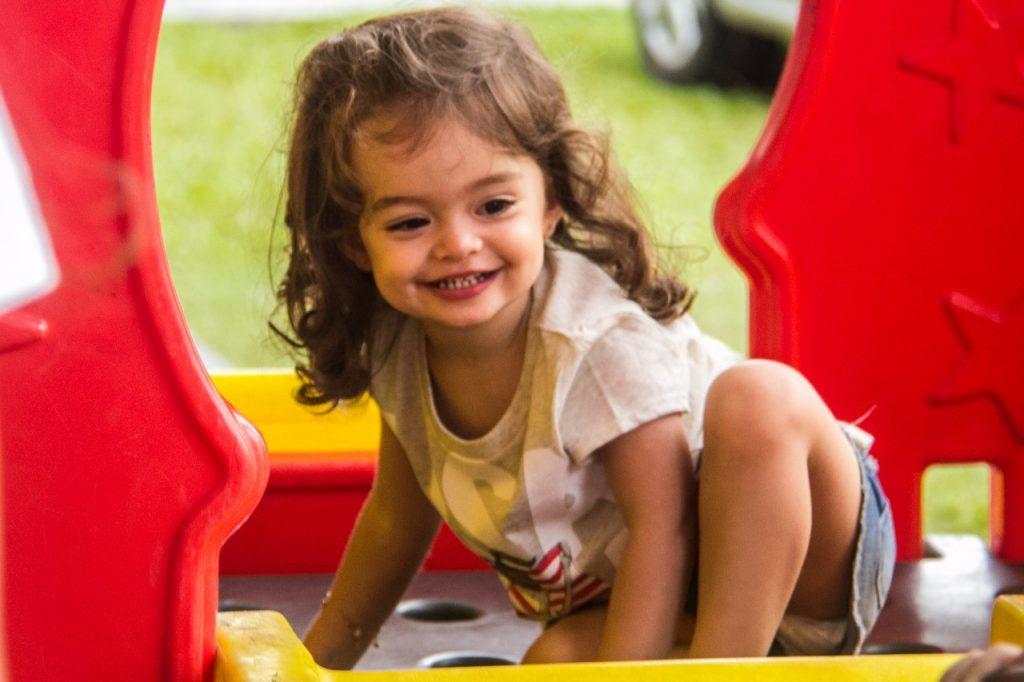 Maia Schinotsuka , 2 anos , pais - Eji Schinotsuka e Carolina Campos,  de Porto Alegre , no Sesc de Atlântida  .