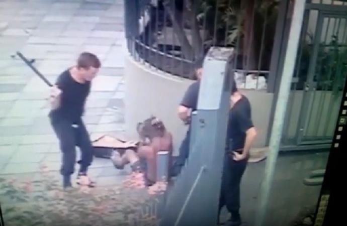 Agressões foram filmadas por câmeras de segurança (Foto: Reprodução)