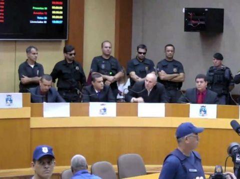 Os parlamentares foram escoltados pela polícia até a Casa para a cerimônia e em seguida levados de volta à prisão. (Foto: Reprodução)