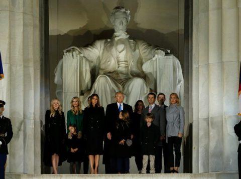 Donad Trump e sua família participam de evento no Memorial Lincoln, em Washington. (Foto: Jonathan Ernst/Reuters)