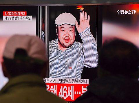 Pessoas assistem em Seul à notícia sobre morte de Kim Jong-nam, irmão do ditador norte-coreano. (Foto: Reprodução)