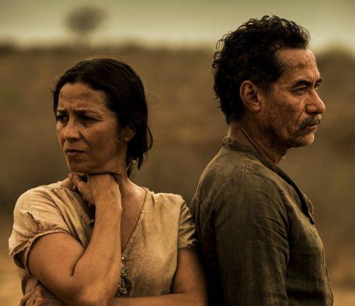 Segundo momento: Cyria Coentro como a personagem Piedade, na novela Velho Chico, dividindo a tela com o ator Chico Diaz. (Foto: Reprodução)