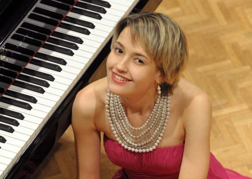 Arta Arnicane, a bonita pianista, está integrando o grupo de artistas do festival erudito. Foto Divulgação.