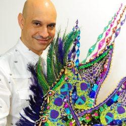 """O hairstylist Maurício Pina celebra """"30 anos de samba"""", participando dos desfiles na Sapucaí e no sambódromo paulista. (Foto: Junior Lago/reprodução)"""
