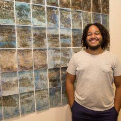 """O artista Emanuel Monteiro: sua exposição """"Atrás da nossa passagem"""" está recebendo muitas visitas no Paço Municipal. (Foto: Pedro Antonio Heinrich/especial)"""