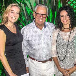 Laura Fett e Fernanda Carvalho Leite com Luiz Coronel: encontro cultural com o Recital Clarice Lispector na SABA. (Foto: Jackson Ciceri/O Sul)