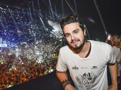 O cantor Luan Santana conferiu a folia em Salvador. (Foto: Caio Duran e Charles Naseh/divulgação)