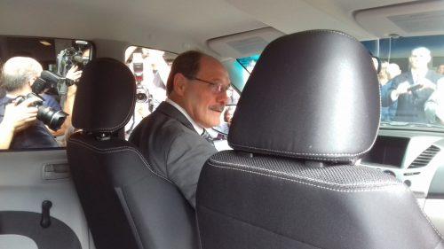 Governador entra na viatura, num ato simbólico de entega ao IGP.