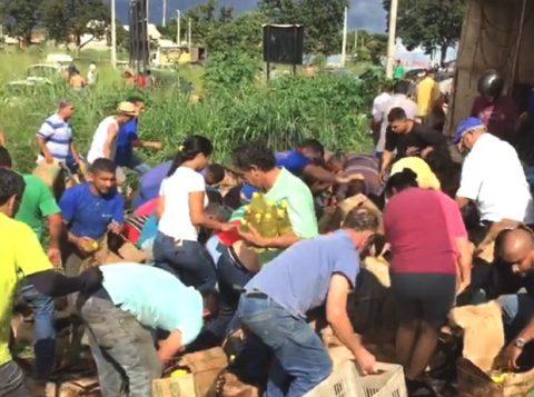 Carga de óleo de cozinha é saqueada após carreta tombar em Goiânia. (Foto: Reprodução)