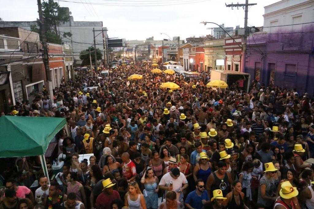 Panela do Samba arrastou uma multidão na Cidade Baixa no dia 19. (Foto: Luciano Lanes/PMPA)