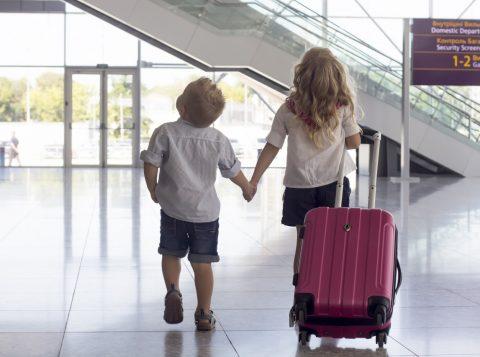 As principais companhias aéreas aceitam transportar crianças sem a companhia de um adulto responsável a partir de 5 anos, sempre mediante a contratação e pagamento extra de um serviço especial de supervisão. (foto: reprodução)