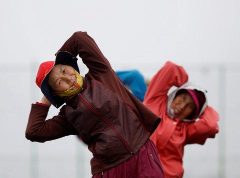 Mulheres idosas se exercitam na ilha de Yeonpyeong, na Coreia do Sul; expectativa de vida para mulheres da ilha deve chegar a 90 anos (Foto: Reuters)