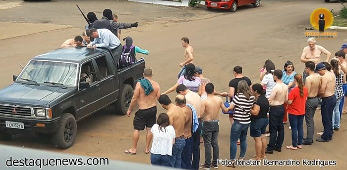 Eles fugiram em uma caminhonete em direção a Paim Filho, levando reféns. (Foto: Destaque News/Divulgação)