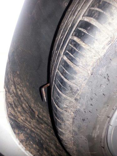 Os criminosos colocaram miguelitos na estrada para conter os veículos. (Foto: PRF/Divulgação)