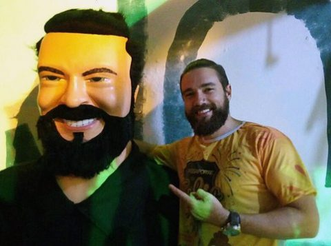 """Lucas Valença, que ficou conhecido como """"Hipster da Federal"""", ganhou versão boneco gigante. (Foto: Reprodução)"""