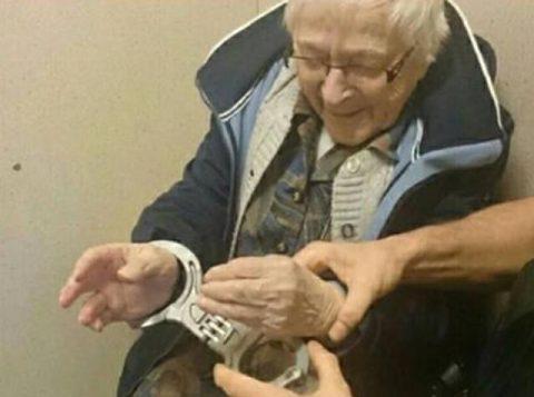 Policiais da cidade de Nijmegen-Zuid algemaram a idosa e a colocaram em uma cena. (Foto: Reprodução/Facebook/Politie Nijmegen-Zuid)
