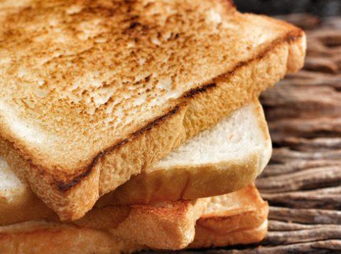 Ao fazer uma torrada, por exemplo, o açúcar, os aminoácidos e a água do pão se combinam e fazem com que seja produzida mais acrilamida conforme o pão escurece. (Foto: Reprodução)