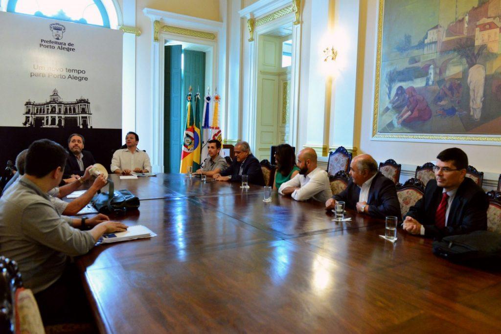 Prefeito Nelson Marchezan Júnior e o vice-prefeito Gustavo Paim reúnem-se com representantes das concessionárias de ônibus. (Foto: Eduardo Beleske/PMPA)