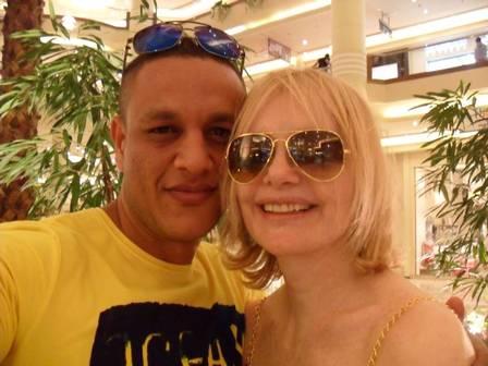 Ao lado do ex-marido egípcio (Foto: Reprodução/Facebook)