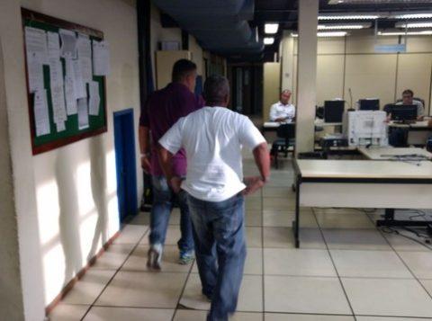 Francisco na delegacia onde foi ouvido sobre o acidente no Sambódromo, na noite de domingo (26). (Foto: Reprodução)