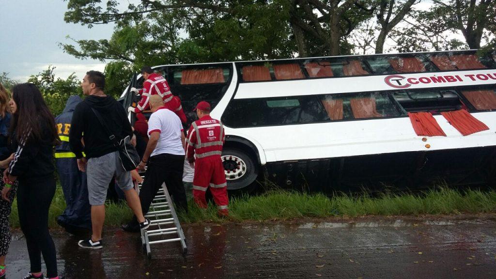 O trânsito ficou parcialmente interrompido no sentido interior-Capital para remoção dos passageiros. (Foto: PRF/Divulgação)
