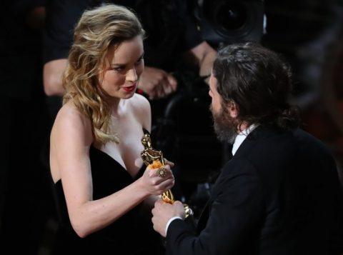 """Brie, premiada como melhor atriz no ano passado por """"O Quarto de Jack"""", cumprimentou Affleck, mas não o aplaudiu. (Foto: Reprodução)"""