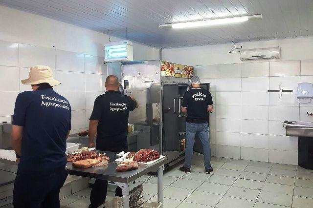 No interior dos prédios inspecionados, foram verificadas diversas irregularidades na armazenagem dos produtos que se destinavam ao consumo da população (Foto: Polícia Civil/Divulgação)