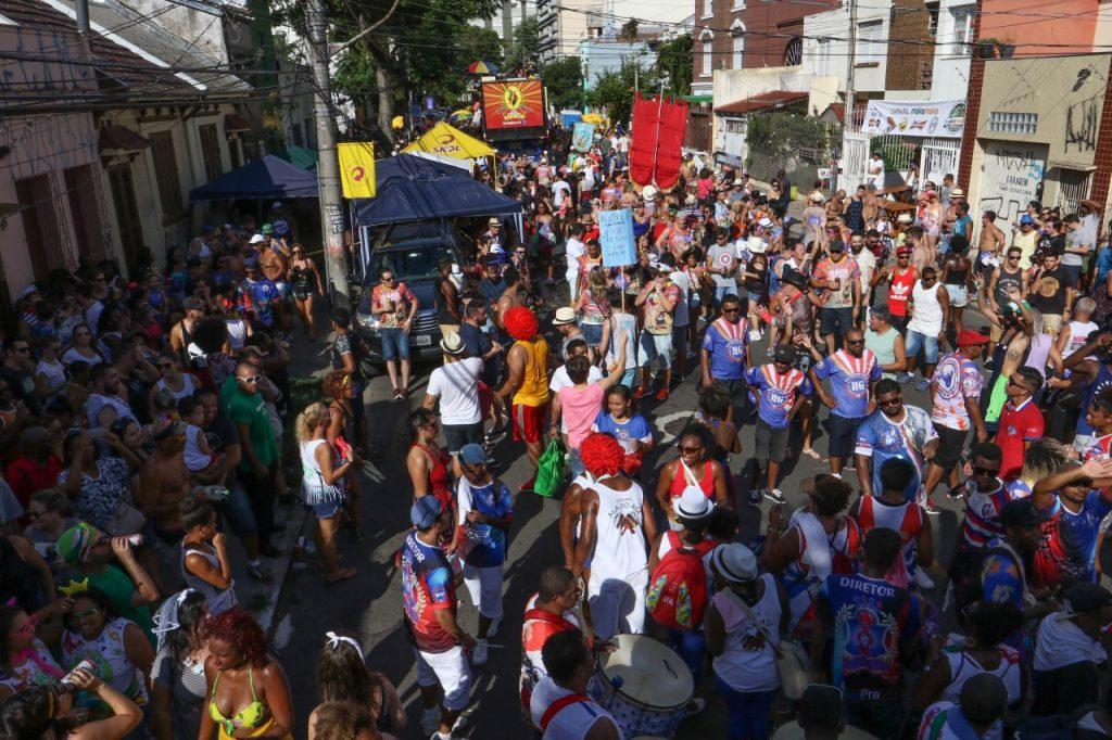 Porto-alegrenses e turistas movimentaram as vias do bairro Cidade Baixa no primeiro dia da festa. (Foto: Luciano Lanes/ PMPA)