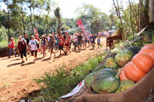 Durante o trajeto, de cerca de 2 quilômetros, foram carregadas 40 tochas em celebração aos 40 anos da Romaria da Terra e uma cruz de mais de 3 metros de altura. (Foto: MST-RS/Divulgação)